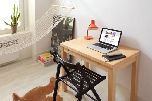 8畳弱の狭小ワンルームの勉強机