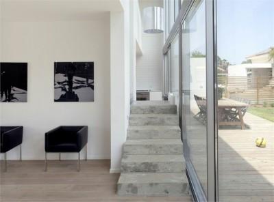 家の中心に階段がある家のリビング側の階段