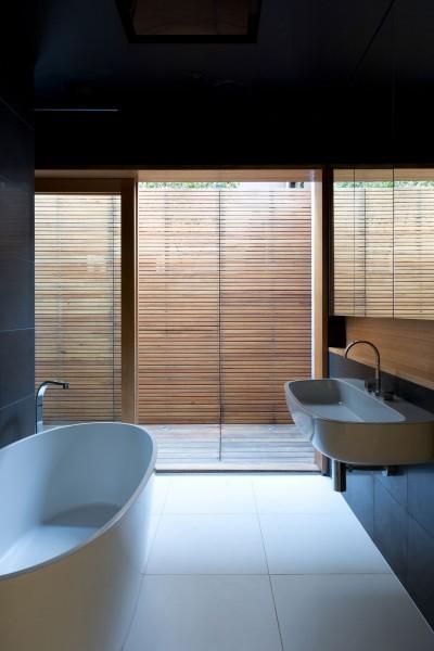 ウッドデッキのテラス付きのバスルーム