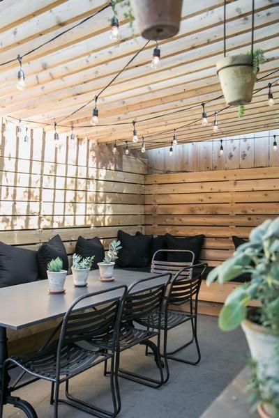 DIYで作り込んだパーゴラ付きのパティオ的な屋外ダイニングスペース2
