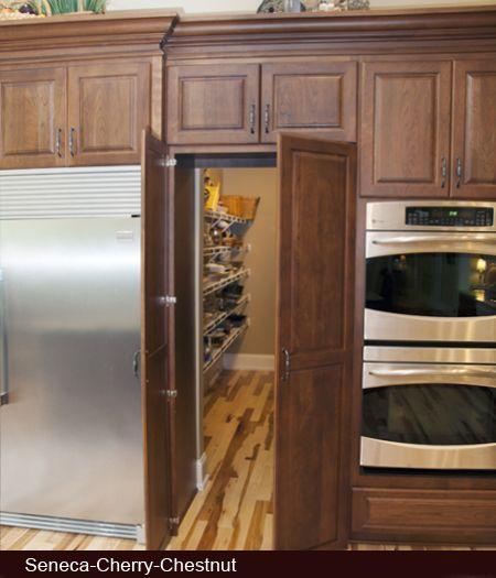 キッチンの収納扉の向こうに隠された広いウォーキングクローゼット風のパントリー