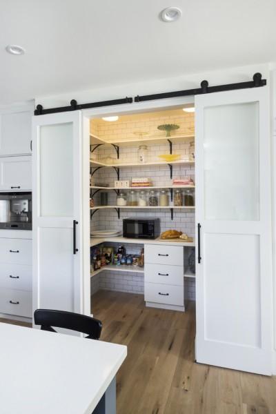 キッチン脇の大きなパントリールーム1