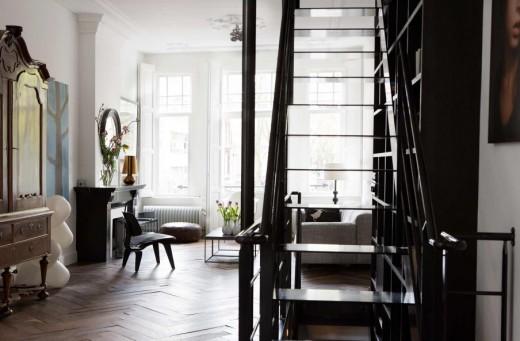 2フロアの床から天井にまたがる階段脇の巨大造作本棚、収納棚のあるリビング