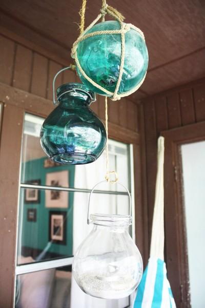 ベランダにぶら下げられたグラスジャーの灯籠