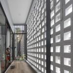 空間を自在に区切るコンクリート製の収納兼パーティションブロック「スクリーンブロック」で区切って作られた家の廊下