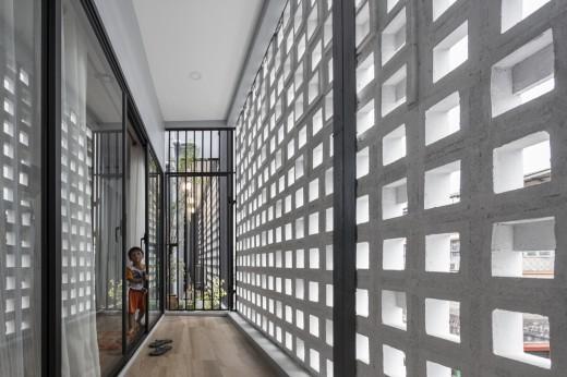 空間を自在に区切るコンクリート製の収納兼パーティションブロック「スクリーンブロック」で区切って作られた家のベランダ