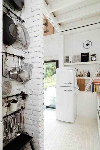 納屋をリノベーションしたロフトハウスのキッチンの収納スペース2