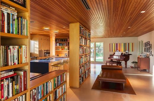 巨大な造作本棚で緩く隔てられた広大なリビング・ダイニング・キッチン2 リビング側サイドから