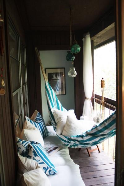 ソファとハンモックで、普通のベランダを屋外リビングに1