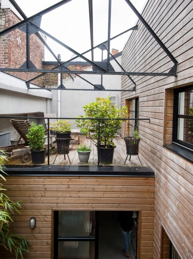 中庭的テラスの上にあるベッドルーム脇のテラスの屋外リビング1