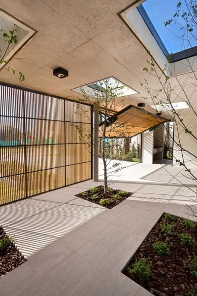 外部と中庭をつなぐ千本格子的な木製の跳ね上げ扉