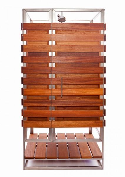 ステンレスフレームと広葉樹の組み合わせで作られた、ユニット化された屋外用シャワーブース 扉閉じたところ