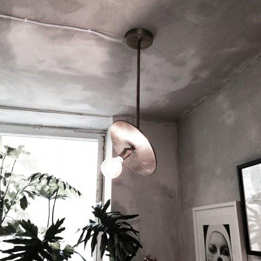 ワークスペースの天井の額帯鏡っぽい照明