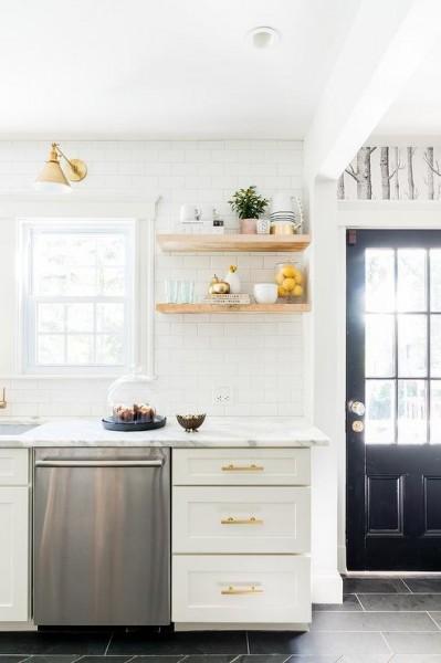 サブウェイタイルと明るいナチュラルな色味の無垢材の棚、真鍮の水栓金物や引き手とランプシェードのあるキッチン4