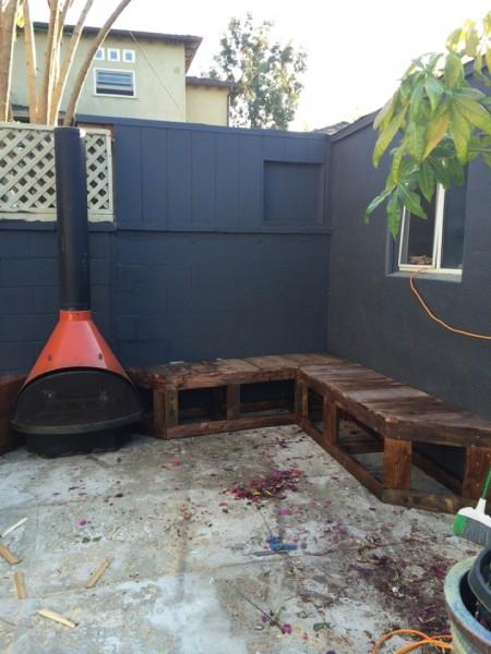 DIYで作った造作ベンチと暖炉のある中庭のDIY4 ベンチをウッドステインで塗装