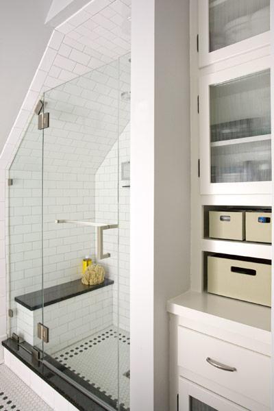 DIYでリノベーションしたサブウェイタイル貼りのロフトのバスルーム2