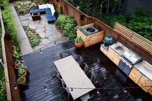 ウッドデッキの屋外ダイニングと石畳の庭