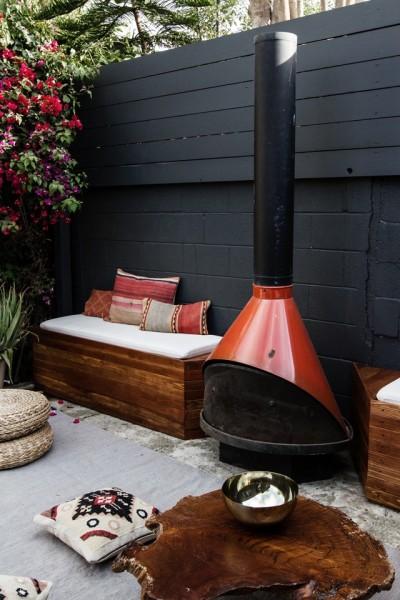 DIYで作った造作ベンチと暖炉のある中庭3