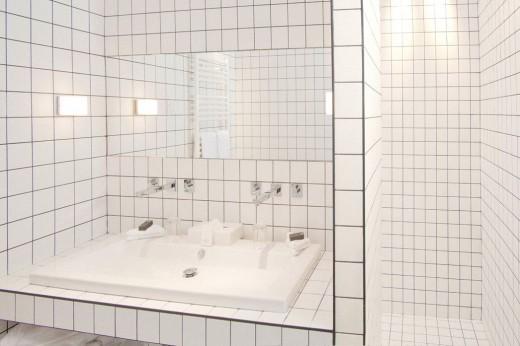 純白のタイルの敷き詰められた透明感のあるバスルーム2
