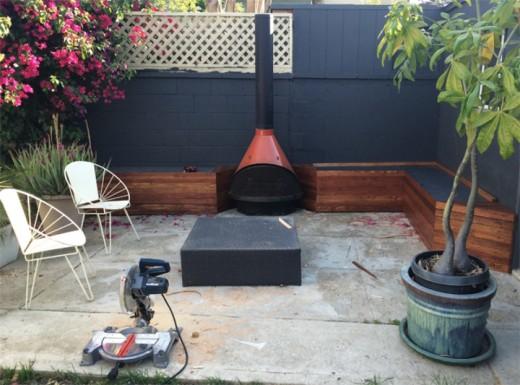 DIYで作った造作ベンチと暖炉のある中庭のDIY7 ひと通り完成