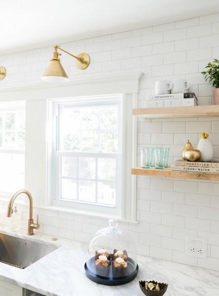 サブウェイタイルと明るいナチュラルな色味の無垢材の棚、真鍮の水栓金物や引き手とランプシェードのあるキッチン3