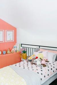 キッチュなコーラルピンクのベッドルーム