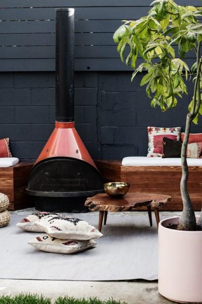 DIYで作った造作ベンチと暖炉のある中庭2