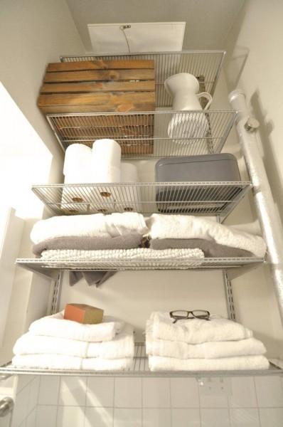 ダイニング・キッチン脇のバスルームの頭上に作りこまれた収納スペース