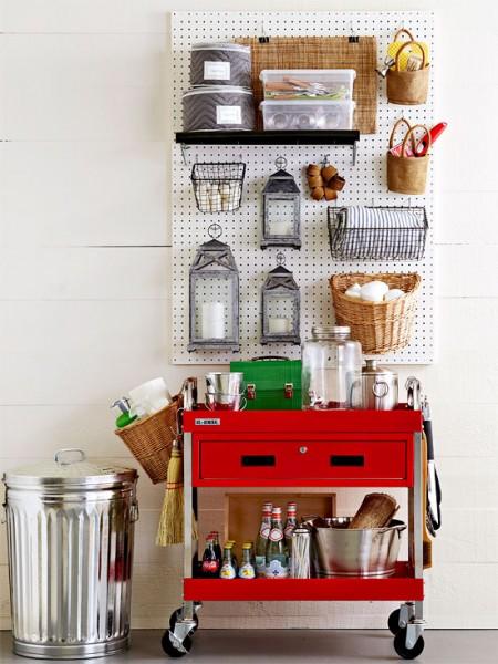 有孔ボードとカウンターワゴンを組み合わせて作ったキッチン雑貨、道具類の収納スペース