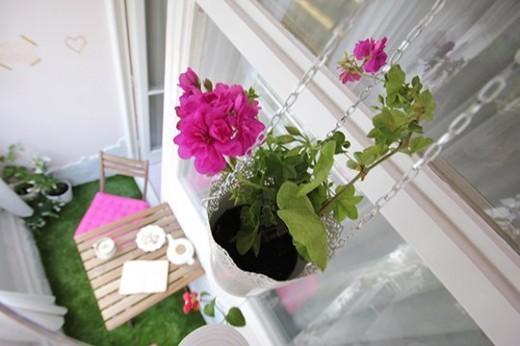 DIYで作り込んだコンパクトなベランダの屋外ダイニング 頭上から観葉植物