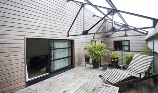 中庭的テラスの上にあるベッドルーム脇のテラスの屋外リビング2
