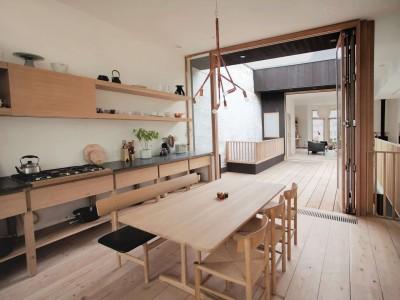 造作の木製キッチンカウンターと壁面収納棚