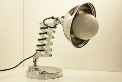 ギラリと光るクロムめっきのデスクランプ2