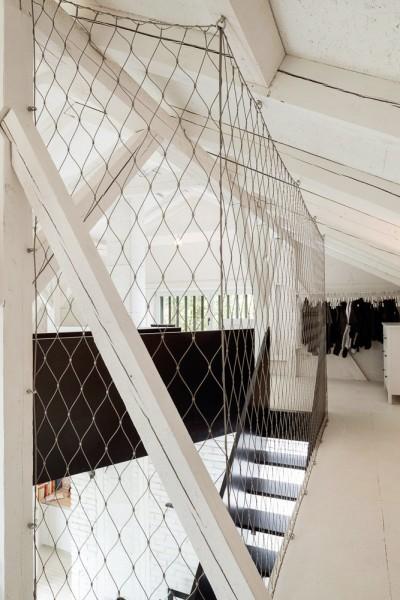 納屋をリノベーションしたロフトハウスのロフトへ上る階段を上がったところ