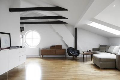 天窓のある低い天井のビリング
