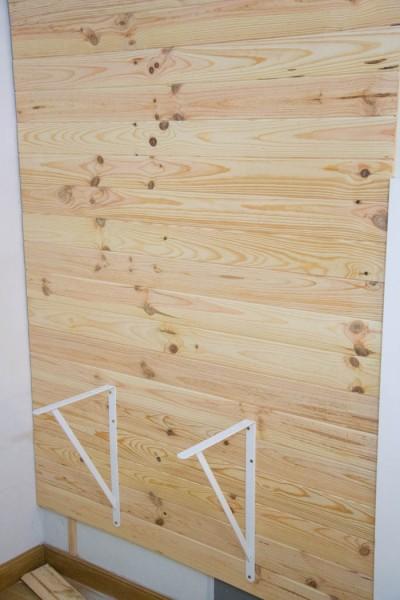 壁に取り付けた横木に、棚受け金具を取り付ける