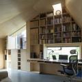 壁面いっぱいの大きな作りつけ本棚のある離れのワークスペース1