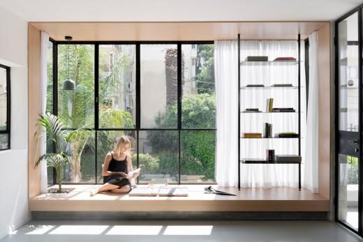 リビング・ダイニング・キッチンの片隅の窓際に作り込まれた小上がり的な1段高い寛ぎスペース