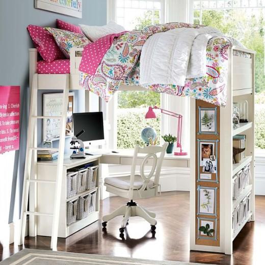 下に机と棚が収まる2段ベッド ロフトベッド ピンクの水玉とピンクのアングルポイズ