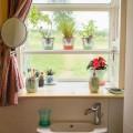 洗面台の正面に作られた、可愛らしい小さな出窓のサンルーム
