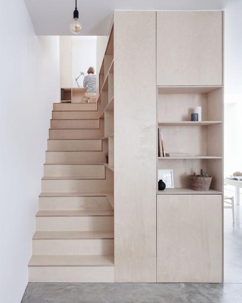 ロンドン北部イズリントンの街に建つメゾネットの2LDKの白木の木目の美しい板張りの階段
