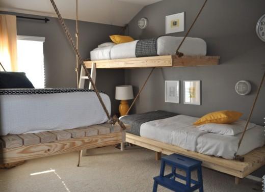 シンプルな2段のハンギング・デイベッドのある子供部屋1
