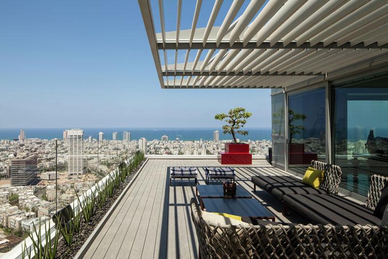 テルアビブの高台に建つマンションのペントハウスの、ウッドデッキのテラスの屋外リビング ベランダ