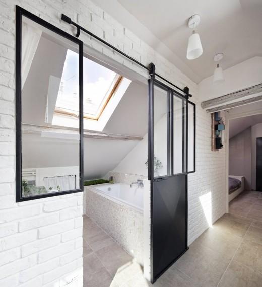 大きな天窓の入った勾配天井の下の明るく開放的なバスルーム1