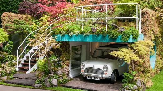 周囲と上部を植栽で覆われたビルトインガレージ 上部は空中庭園的な緑のテラスに2