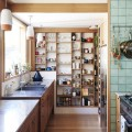 キッチンの壁面に作り付けられた食器用巨大棚