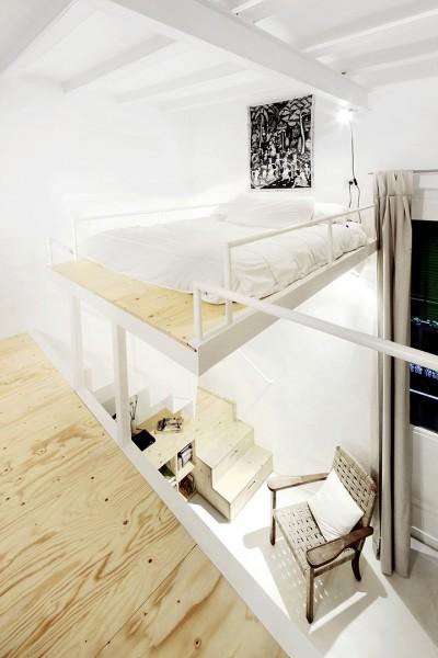 狭小ワンルームリノベーション住宅のロフトのベッドルーム