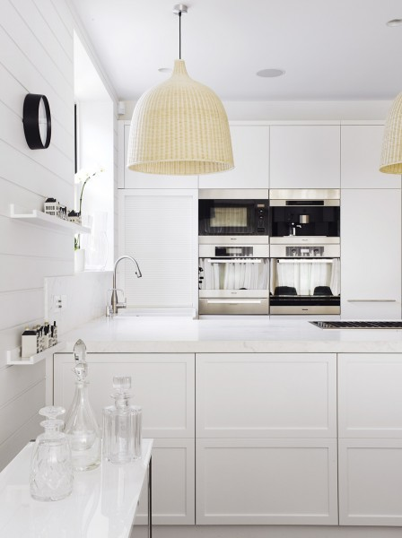 格子の入った白い上げ下げ窓と白い横張りの壁板が可愛らしい明るく開放的なキッチン2横から