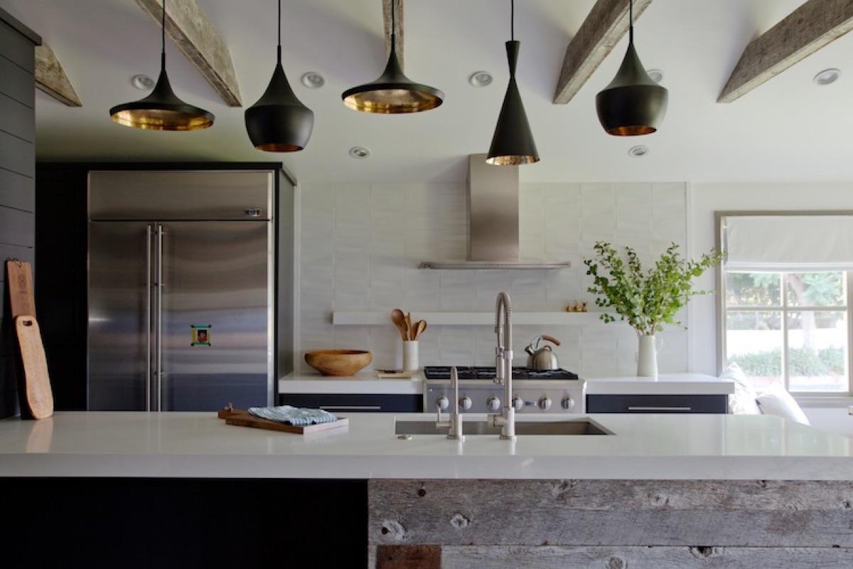 細長い大きなカウンターテーブルのあるキッチン