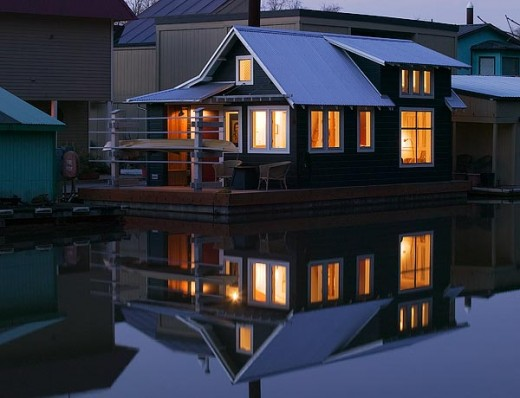 ロフトベッドルームのある狭小住宅の外観・夜